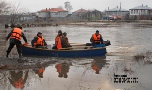 Cотрудники экстренных служб продолжают поиски утонувшего рыбака наозере Аятском