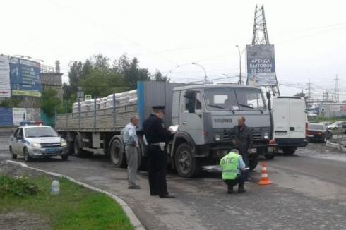 В Екатеринбурге девочку, которую папа повел на красный свет, задавил КамАЗ
