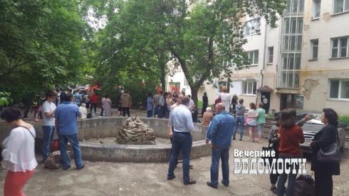 В центре Екатеринбурга полыхает жилой дом. Жители спасают себя и домашних животных (ФОТО)