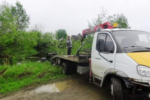 На Урале пьяный водитель съехал в водоем с пенсионеркой на капоте