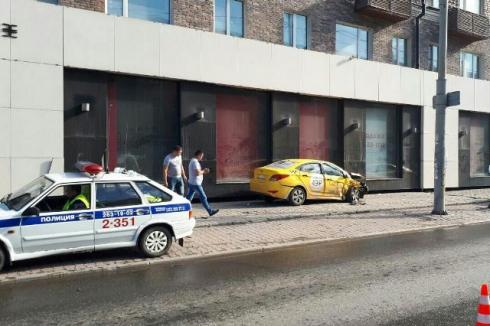 В Екатеринбурге такси вылетело на красный свет, врезалось в другую машину, а потом в стену дома