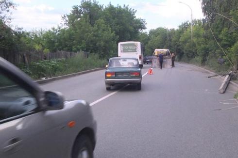 В Екатеринбурге «Хонда» снесла бетонный столб и улетела в канаву
