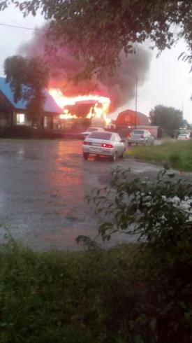 От удара молнии в поселке под Серовом сгорел дом
