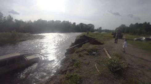 Куда плывем? На Урале уазик «искупался» в реке (ФОТО)