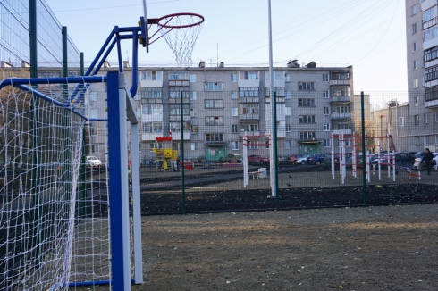 В Екатеринбурге открылся первый двор, благоустроенный по федеральной программе