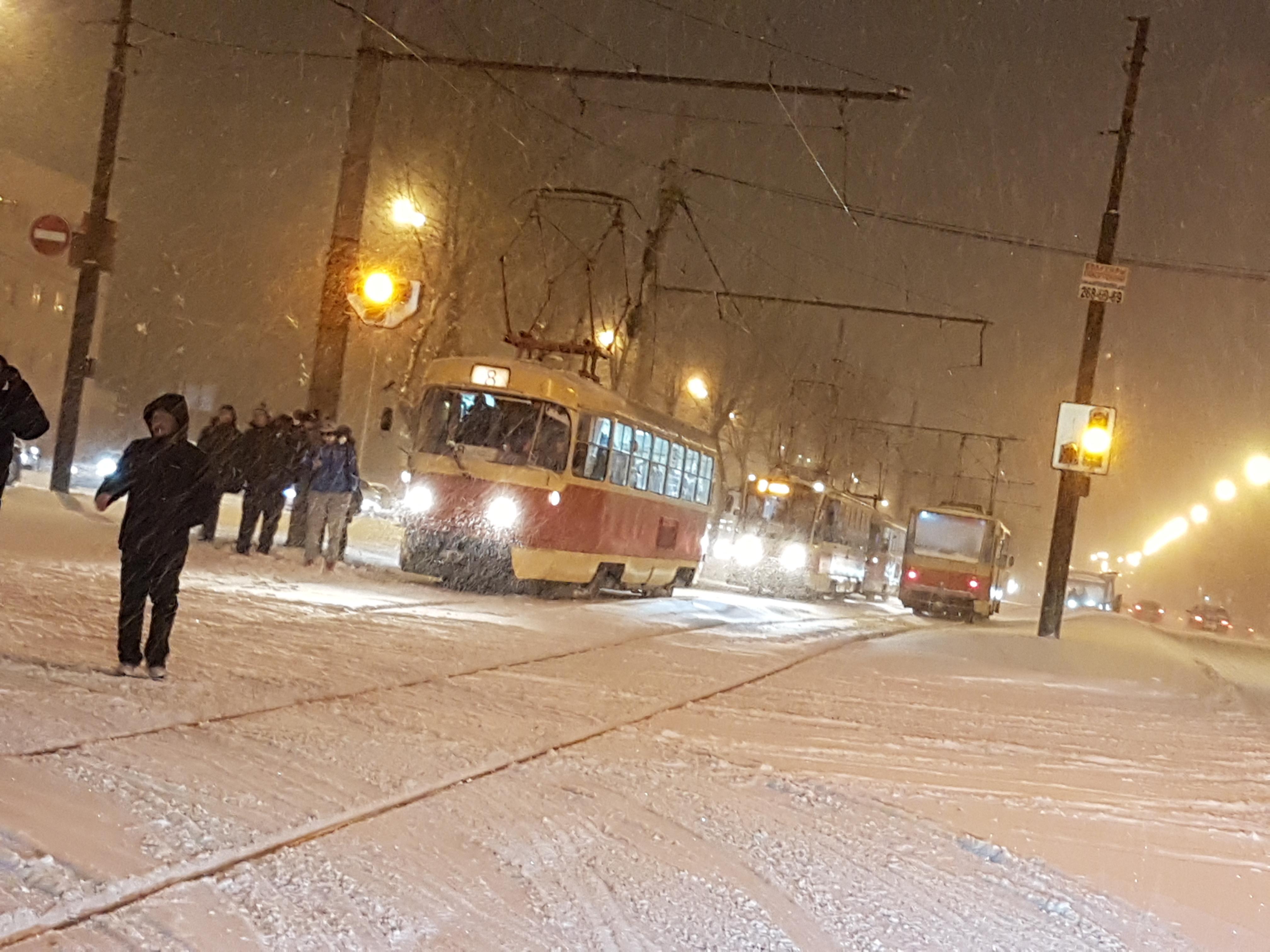 Трамваи встали: снегопад и ДТП парализовали движение на проспекте Космонавтов в Екатеринбурге
