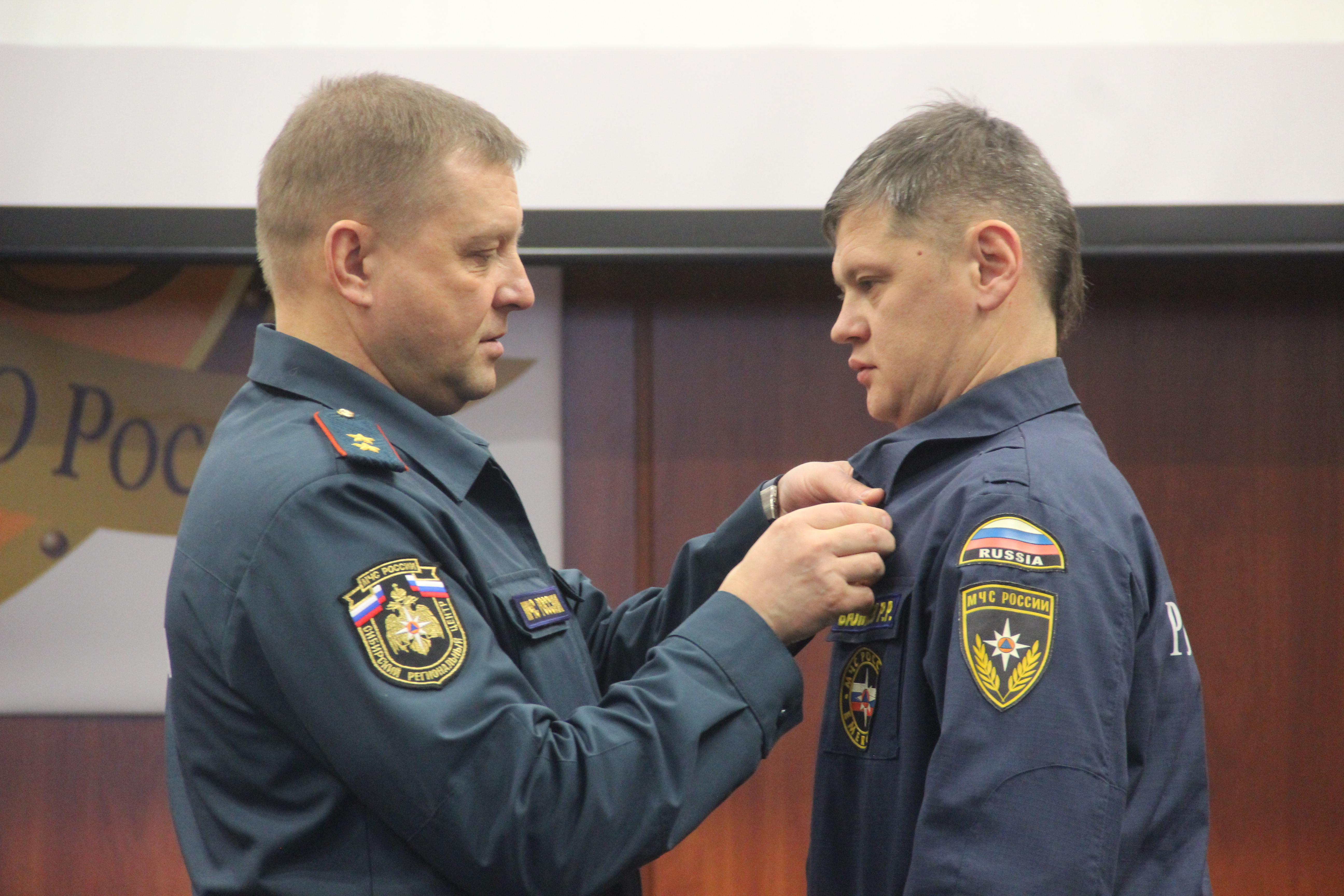 На Урале отличившихся за год спасателей и пожарных наградили медалями МЧС